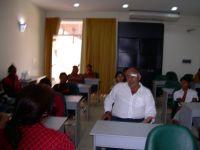 sala-de--reunion--conlos-alumnos-y-director